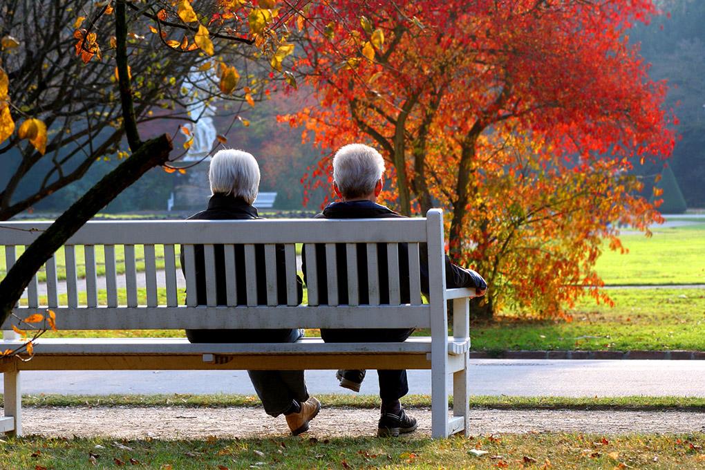 Zwei Senioren auf der Parkbank